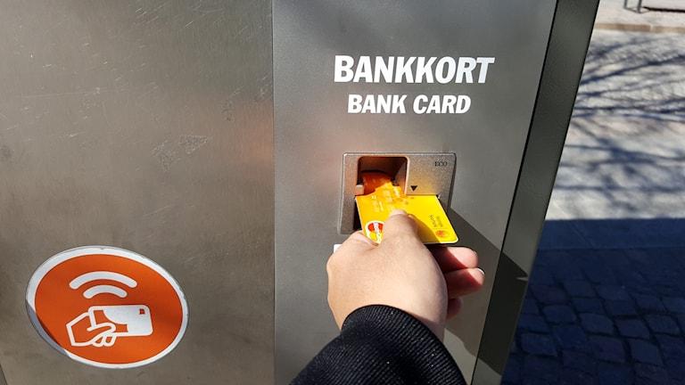 Bankkort i automat.