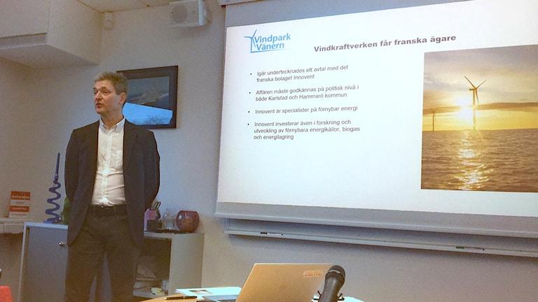 Erik Konrfeldt vid en anslagstavla. Foto: Jonas Berglund/Sveriges Radio.