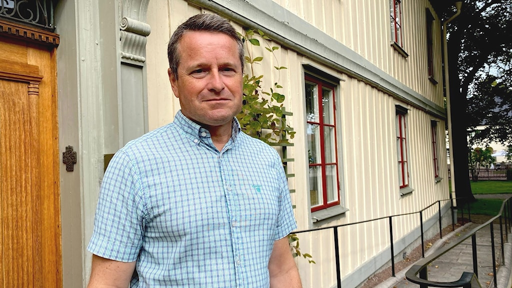 Man ståendes framför dörr. Foto: Annika Ström/Sveriges Radio.