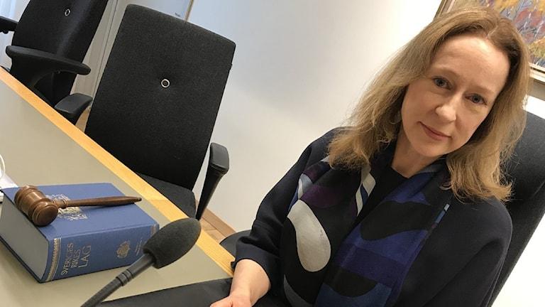kvinna i förhandlingsrum på domstol