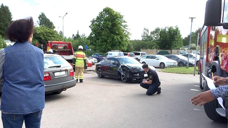 Krockade bilar och räddningspersonal