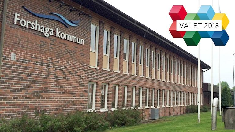 Kommunhuset i Forshaga och en vallogotype. Foto: Sveriges Radio.