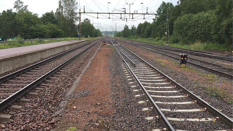 Flera järnvägsspår, fotograferade i Grums vid perrongen. Foto: Magnus Hermansson/Sveriges Radio.