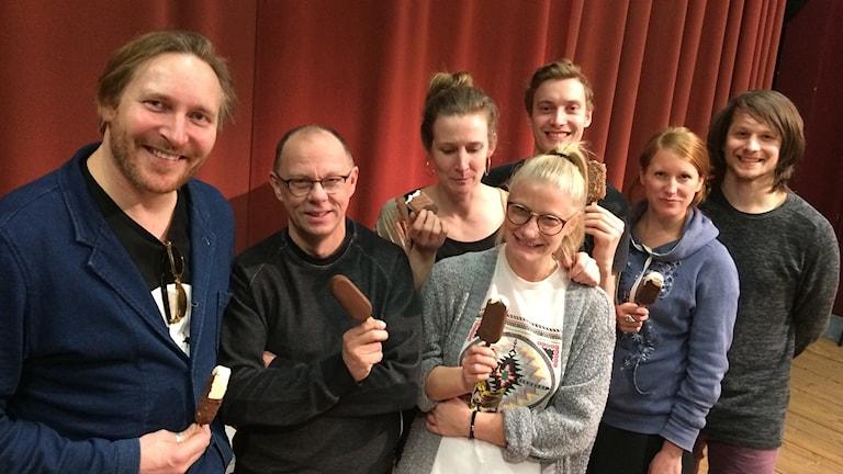 Skådespelarna på Västanå teater har en glasspaus. Foto: Laila Carlsson/Sveriges Radio.