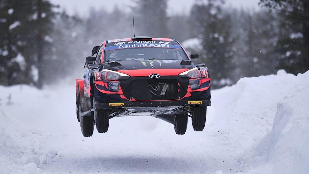 Oliver Solbergs bil far fram på en finsk vinterväg. Foto: Hannu Rainamo/AP.