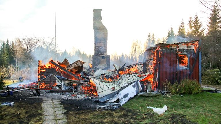En villa i Elovsrud nära Gräsmark brinner. Foto: Bengt Andersson/Arvikafotografen.