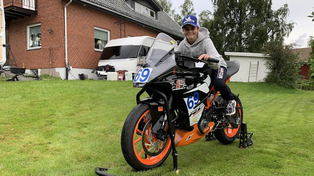 12-åringen Maxximus Vikingasköld på sin motorcykel.