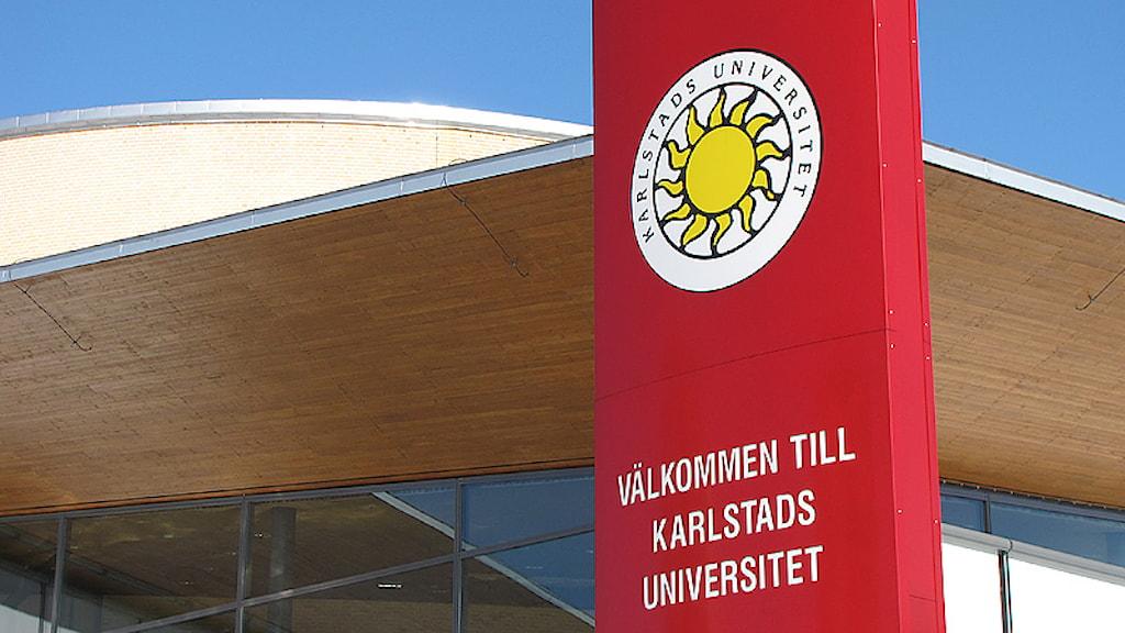 Karlstads universitet. Logotype och välkomsttext utanför entrén. Foto: Annica Buvik/SR.