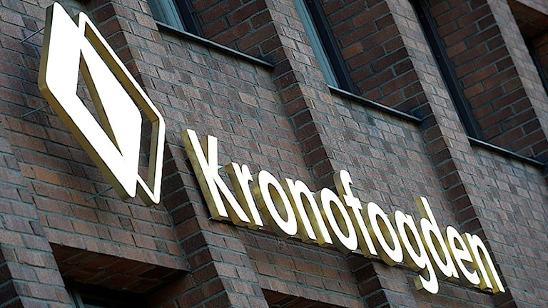 Kronofogden. Logotpe och namnet på tegelvägg. Foto: Fredrik Sandberg/Scanpix.