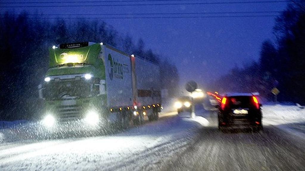 Trafik i svårt vinterväglag. Foto: Tomas Oneborg/SvD/Scanpix.