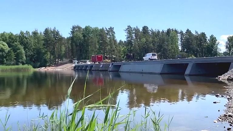 Det nya översvämningsskyddet i sundet mellan Kyrkviken och Glafsfjorden i Arvika. Foto: Arvika kommun.