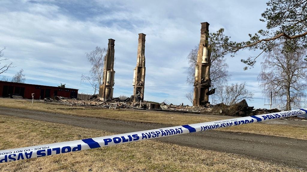 Tre skorstenspipor med flera kakelugnar på sig är allt som är kvar av Glava HVB hem. Jonathan Borg/Sveriges radio
