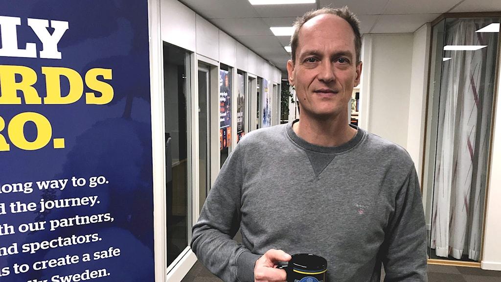 Glenn Olsson håller i en kaffemugg. Foto: Per Larsson/Sveriges Radio.
