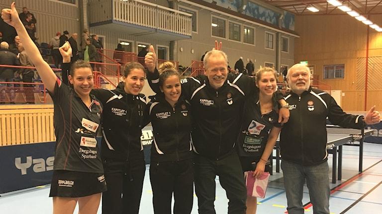 Spelarna och tränarna i Storfors jublar efter ännu en seger i pingisligan, denna gång mot Arvika. Foto: Annika Ström/Sveriges Radio.