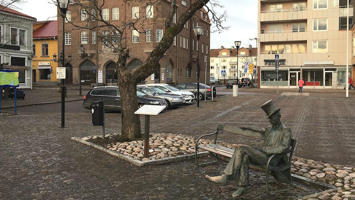 Filipstads centrum, med Nils Ferlin-statyn på en bänk i förgrunden. Foto: Magnus Hermansson/Sveriges Radio.