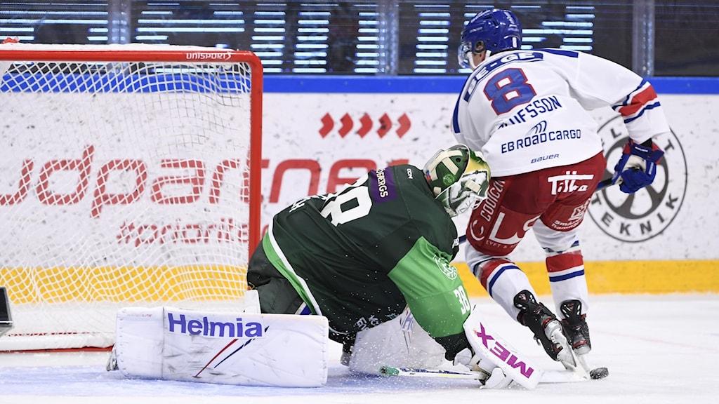 två hockeyspelare på isen