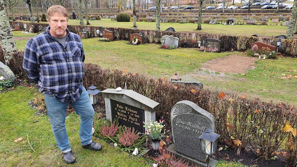 Bo Jansson står bredvid en grav på kyrkogården i Torsby. Foto: Aron Eriksson/Sveriges Radio.