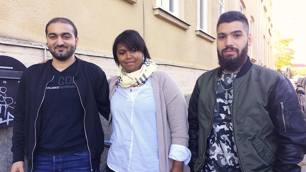 Vuxenläraren Halima Afrah tillsammans med två av deltagarna Yousef och Mohamud. Foto: Hedvig Nilsson/Sveriges Radio.
