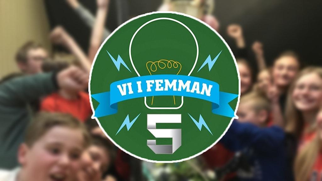 En suddig klasbildi bakgrunden, Vi i femman logotype i förgrunden. Foto: Sveriges Radio.