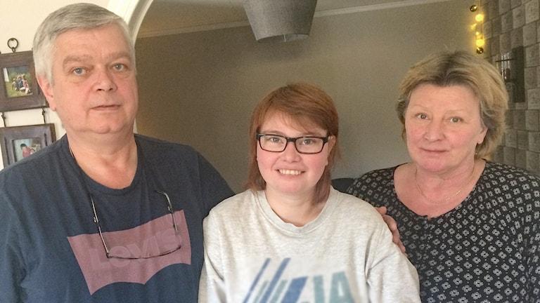 Tom Kasin, Johanna Persson och Wenche Persson. Tom och Wenche håller om sin dotter Johanna, som står i mitten. Foto: Jonas Berglund/Sveriges Radio.