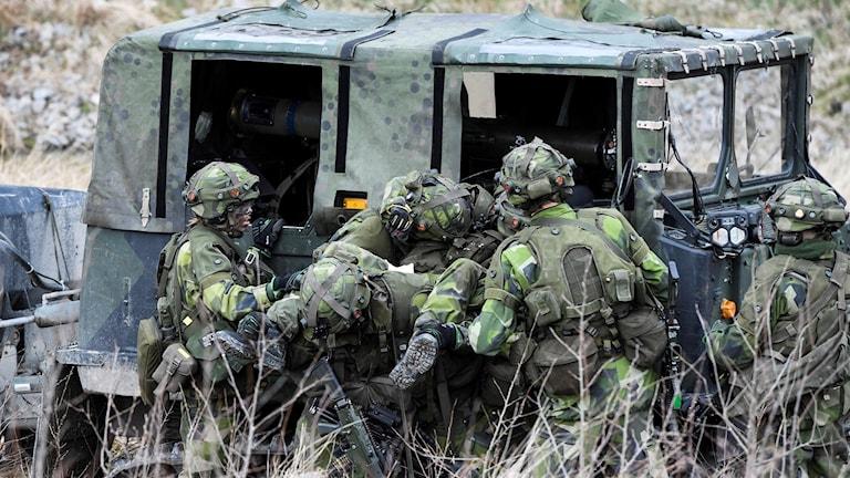 Soldater vid forson i kamouflage