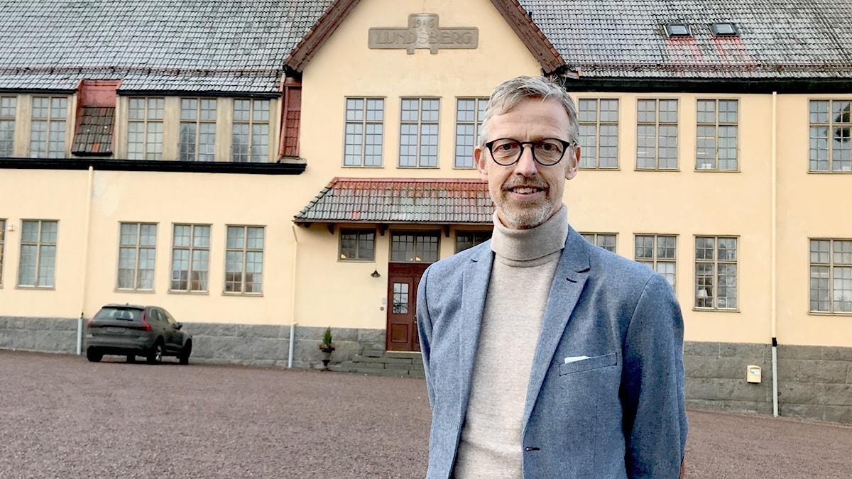 Eddy Johansson står framför Lundsbergs skola. Foto: Annika Ström/Sveriges Radio.