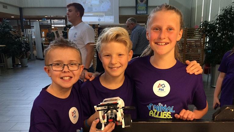 Erik Pellfolk, Algot Pettersson och Andrea Elvsén från Skattkärrsskolan som deltog i First Lego League under lördagen.