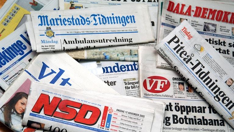 Svenska tidningar liggandes på ett bord. Foto: Hasse Holmberg/TT.
