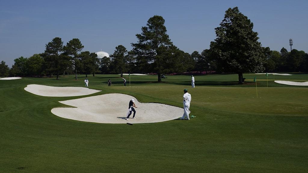 Man som spelar golf.