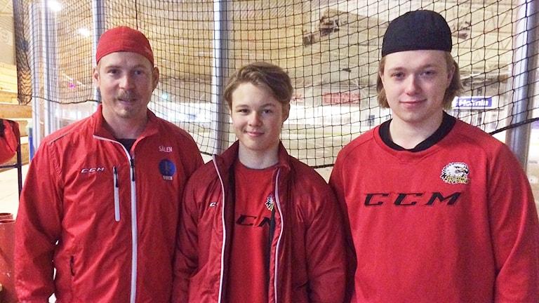 Andreas Svensson, sportchef och ansvarig för hockeygymnasiet i Grums, Oskar Aldrin och Erik Johansson som båda går hockeygymnasiet i Grums. Foto: Jenny Tibblin/Sveriges Radio.