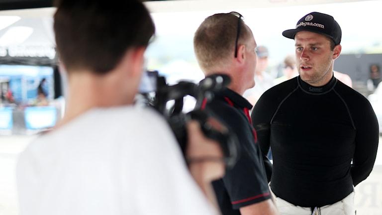 Fredrik Åhlin med sin teamchef Martin Wilkinson. Foto: Jakob Ebrey/MSA-BRC