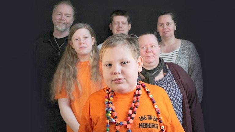 Felix Einevik omgiven av sin familj. Foto: Lars-Gunnar Olsson/Sveriges Radio.