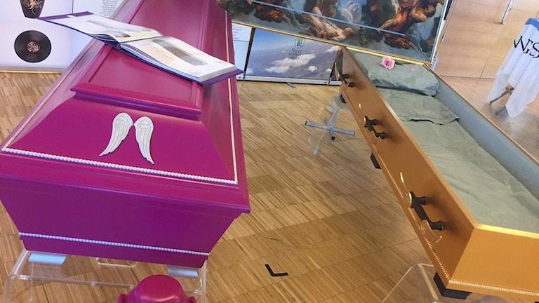 Nya kistor visas upp på begravningsmässan