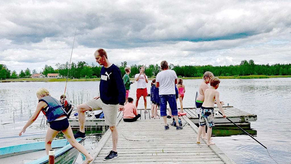 Människor på en brygga en sommardag. Foto: Annika Ström/Sveriges Radio.