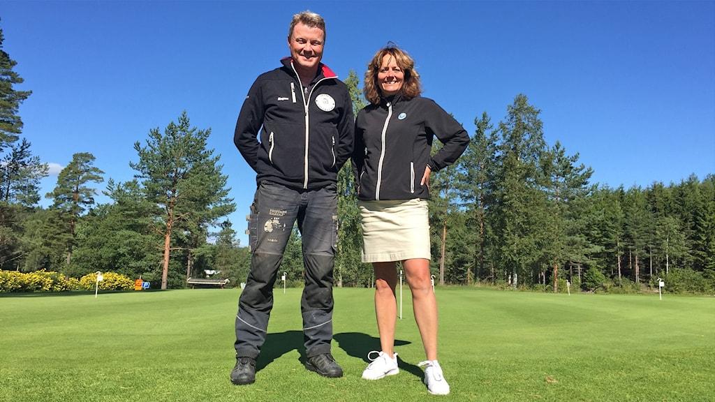 Magnus Barth, greenkeeper, och Christina Karlsson, Arvika GK:s klubbchef. Foto: Sara Johansson/Sveriges Radio.