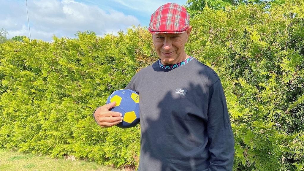 Dave Mosson, står i skotsk keps med en boll i handen. Foto: Magnus Hermansson/Sveriges Radio.
