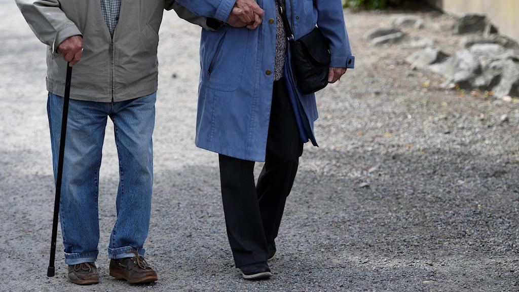 Äldre personer promenerar.