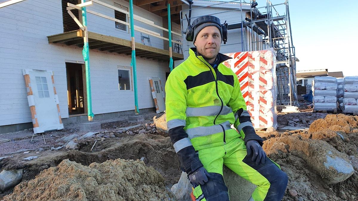 Företagaren Bill Impola framför ett flerfamiljshus som han bygger i Torsby. Foto: Aron Eriksson/Sveriges Radio.