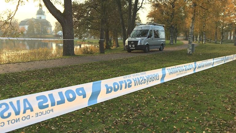 Den avspärrade brottsplatsen nära kyrkogården i Filipstad. Foto: Gustav Jakobson/Sveriges Radio.