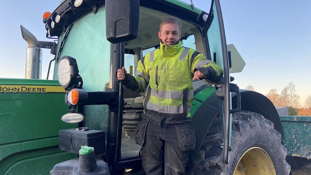 En man står i en traktor