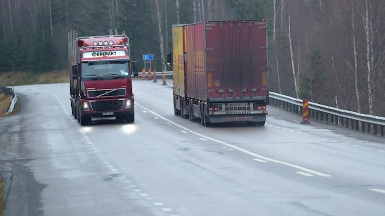 Lastbilar på en väg. Foto: Fredrik Sandberg/TT.