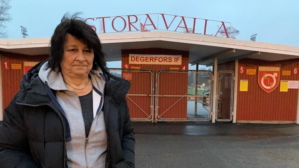 Suzanne Hellström, klubbchef för Degerfors IF, framför ingången till stora Valla. Foto: Victoria Svärdh Karlsson/Sveriges Radio.