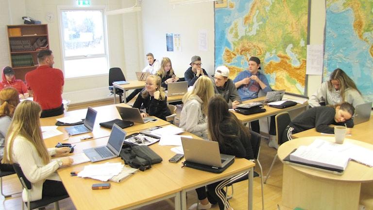 Elever i årskurs nio på Tegnérskolan i Säffle under en SO-lektion. Foto: Magnus Hermansson/Sveriges Radio.