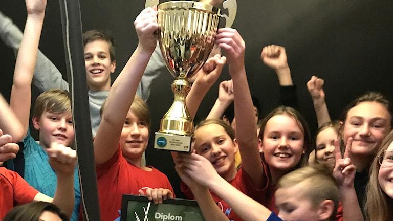 En klass i Vi i femman jublar efter en seger. Foto: Malin Björk/Sveriges Radio.
