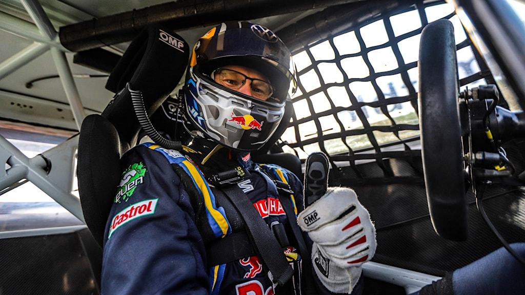 Johan Kristoffersson visar tummen upp i sin rallycrossbil.