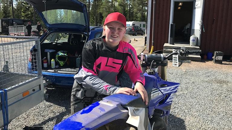 13-åriga Tilde Leneskär som kört Motocross i bara ett år.