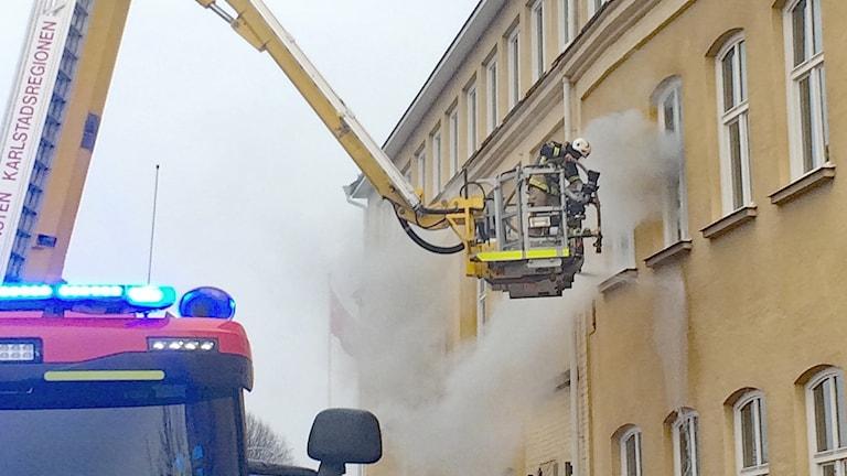 En brandman i korgen på en skylift. Foto: Kajsa Carlsson/Sveriges Radio.