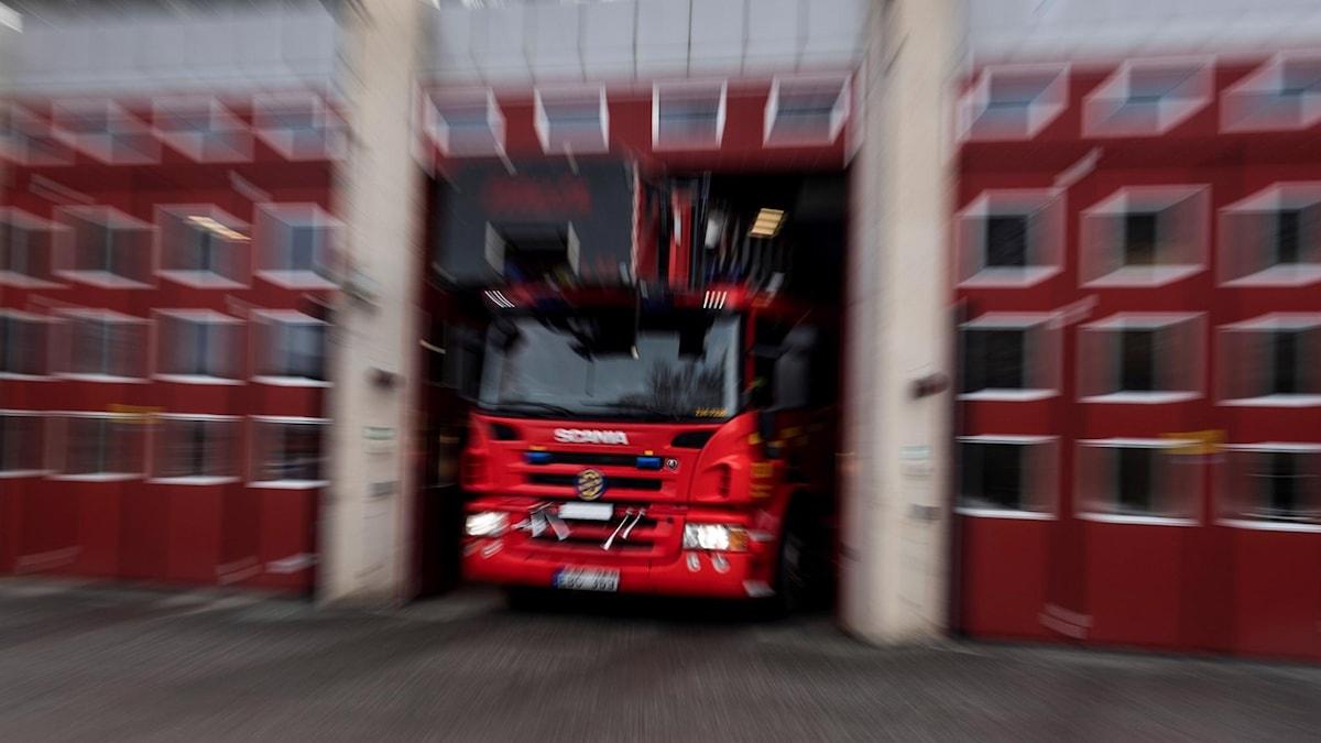 Räddningstjänst, brandbil lämnar garage. Foto: Pontus Lundahl/TT arkiv.