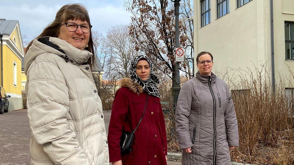 SFI-lärarna Cecilia Nilsson och Sandra Persson i Karlstad tillsammans med eleven Samah Kalel. Foto: Laila Carlsson/Sveriges Radio,