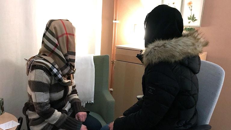 Två kvinnor som inte vill visa sina ansikten. Foto: Louise Uhlin/Sveriges Radio.